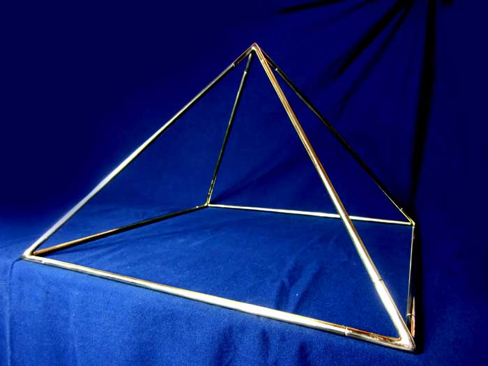 Pyramide aus Messing